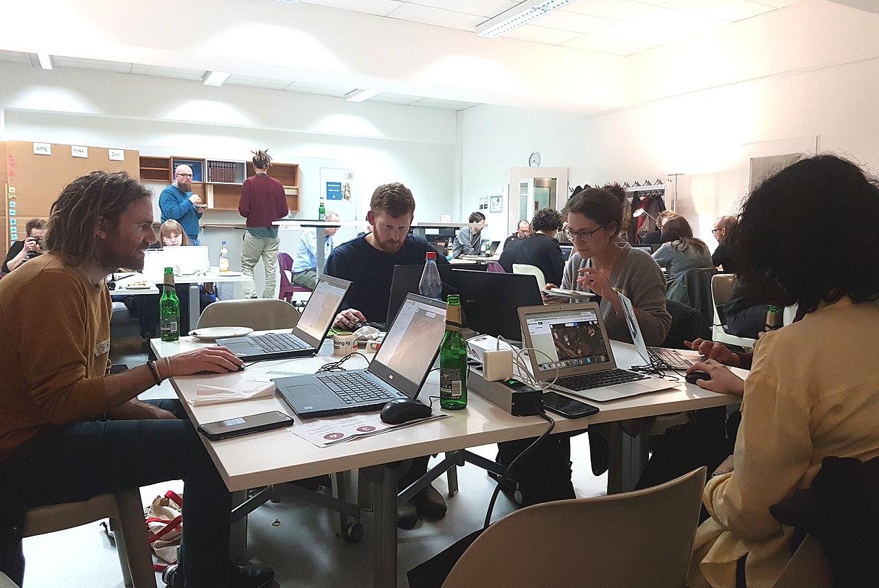 Freiwillige arbeiten beim Mapathon an neuen Landkarten von Krisengebieten