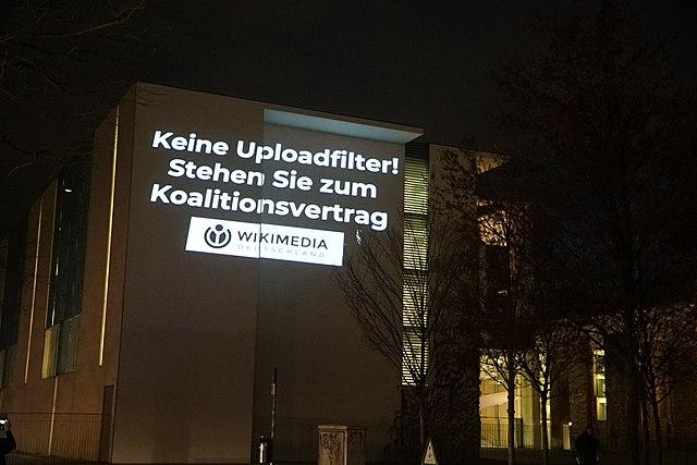 http://pixelhelper.org/ (https://commons.wikimedia.org/wiki/File:Lichtprojektion_ans_Bundeskanzleramt_-_Keine_Uploadfilter!_Aktion_von_Wikimedia_Deutschland.jpg), https://creativecommons.org/licenses/by-sa/4.0/legalcode