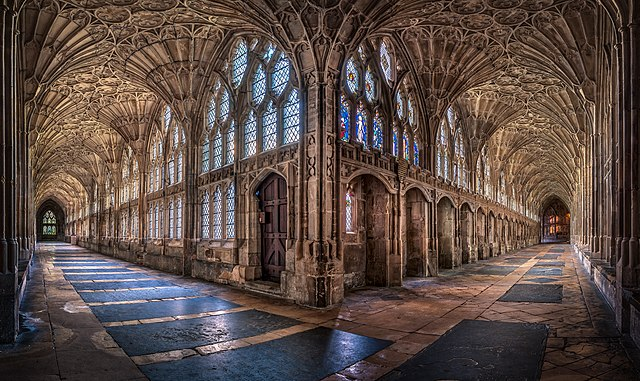 Christopher JT Cherrington (https://commons.wikimedia.org/wiki/File:The_Cloisters_at_Gloucester_Cathedral.jpg), https://creativecommons.org/licenses/by-sa/4.0/legalcode