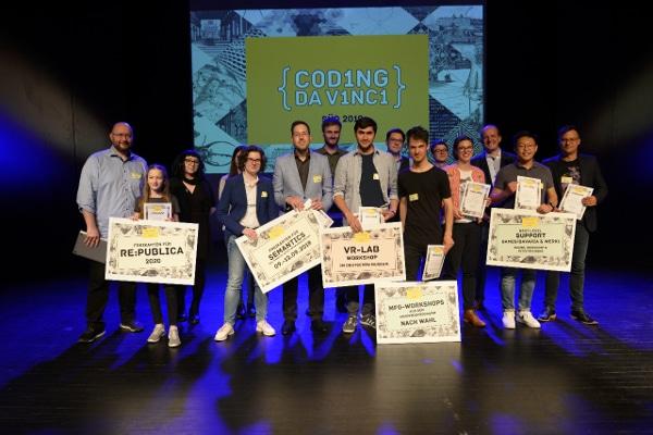 Gewinnerteams und Jury vereint auf der Bühne. Lizenz CC-BY 4.0 (https://creativecommons.org/licenses/by/4.0/deed.de) Coding da Vinci Süd, Bild: Diane von Schoen
